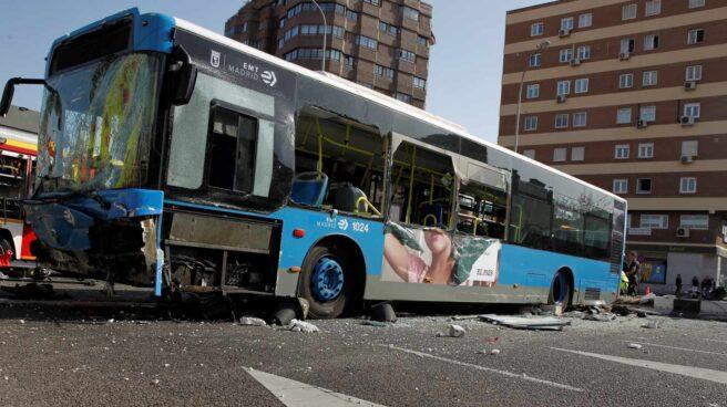 Restos del autobús accidentado.