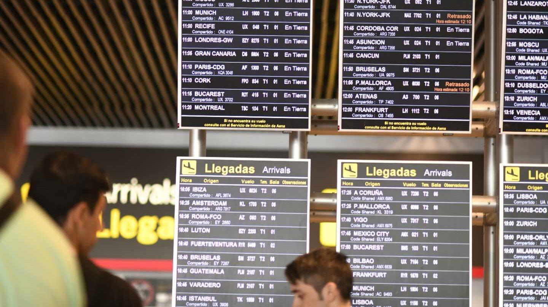 Pantalla con información de llegadas y salidas de vuelos en el aeropuerto de Madrid-Barajas.