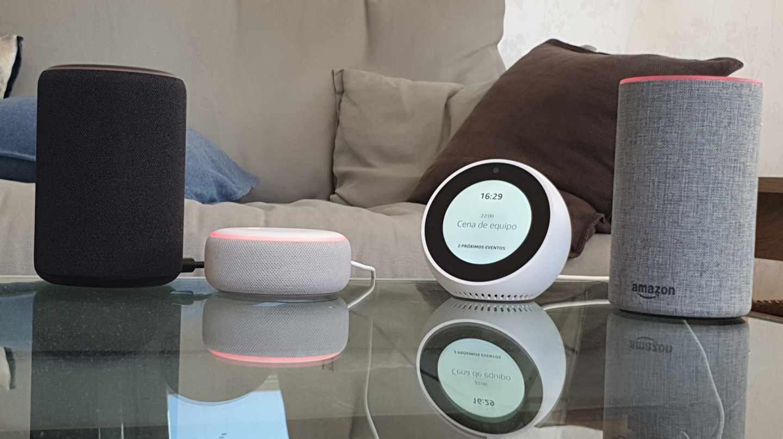 Imagen de un salón con el altavoz inteligente Amazon Echo.