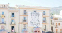 Inés Arrimadas, ante una gran pancarta con el rostro de Carles Puigdemont en Amer.