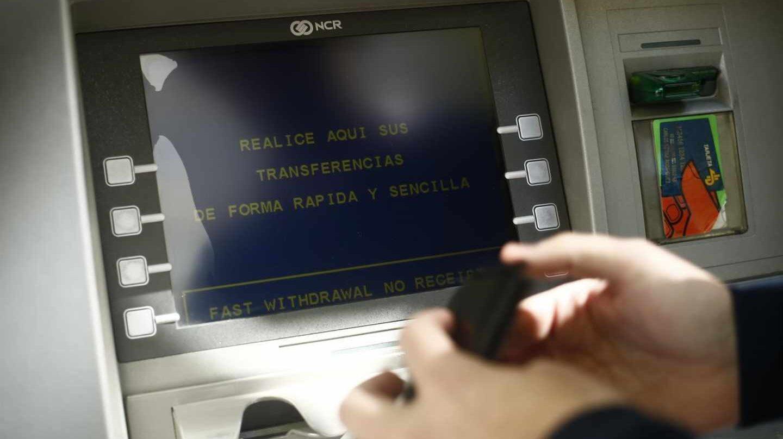 Cajero de oficina bancaria.