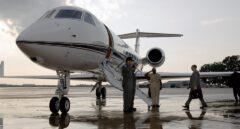 Un jet privado recoge a un directivo en un aeródromo.