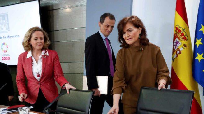 Carmen Calvo, antes de la rueda de prensa, junto Nadia Calviño y Pedro Duque.
