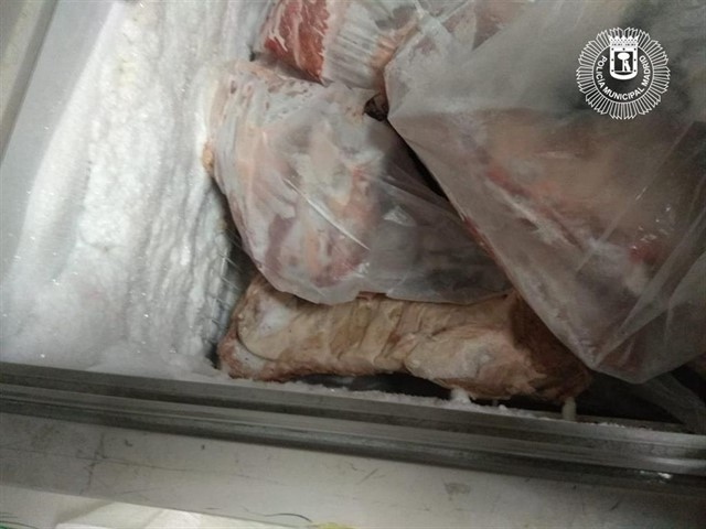 Carne y pescado congelado intervenido en una tienda de Usera, en Madrid.