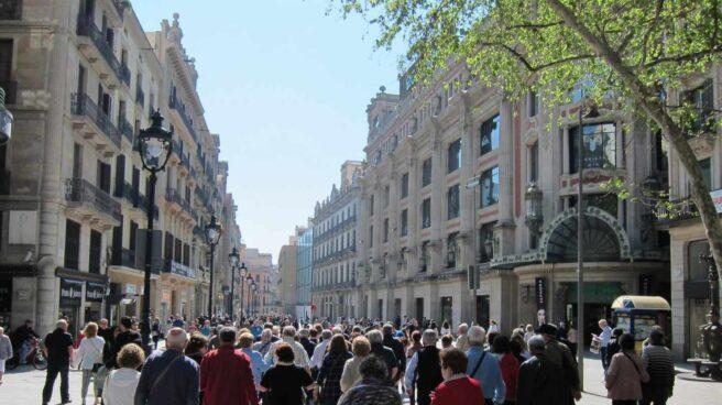 Ciudadanos catalanes pasean por la calle.