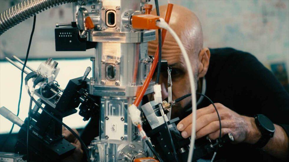 Javier Tamayo en su laboratorio para cazar al cáncer y virus
