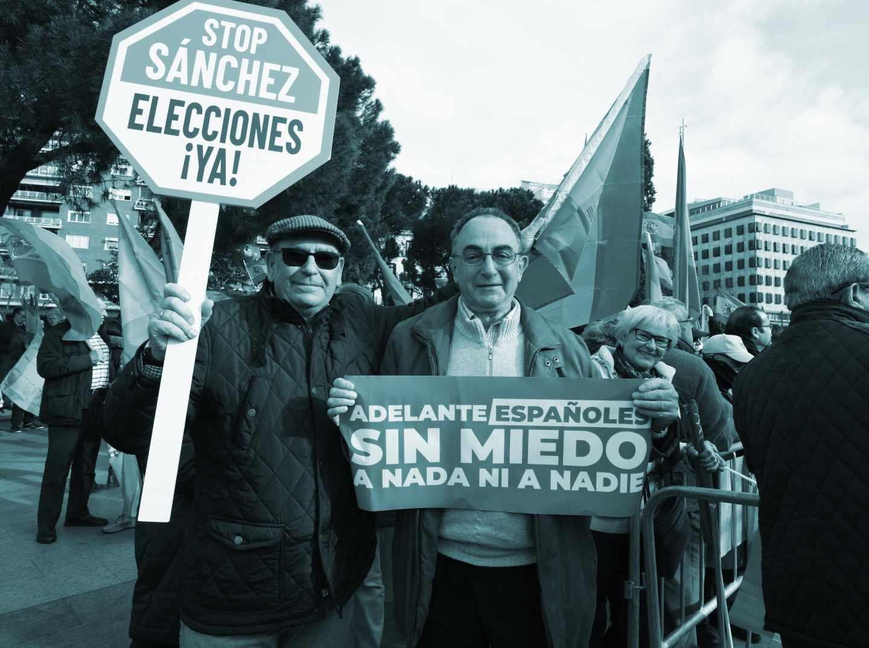 Manifestantes en la Plaza de Colón de Madrid en la concentración convocada para protestar contra la política del Gobierno de Pedro Sánchez en Cataluña.