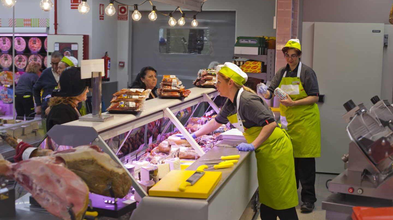 Trabajadores en el interior de una tienda de La Plaza de Dia.