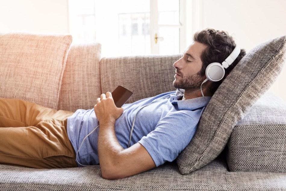 Un hombre se queda dormido escuchando un contenido. ¿Lo recordará al despertar?