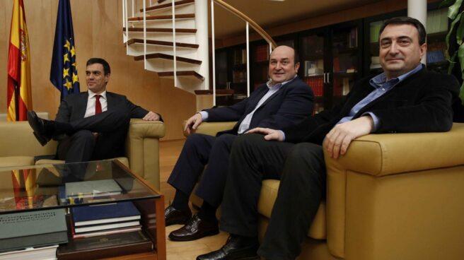 Pedro Sánchez durante un encuentro con el presidente del PNV, Andoni Ortuzar y el portavoz del PNV, Aitor Esteban.