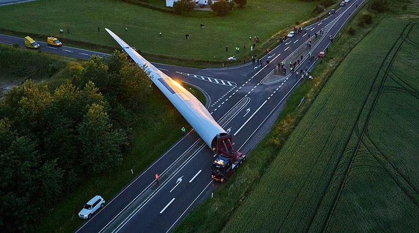 Transporte especial por carretera de la pala de un aerogenerador.