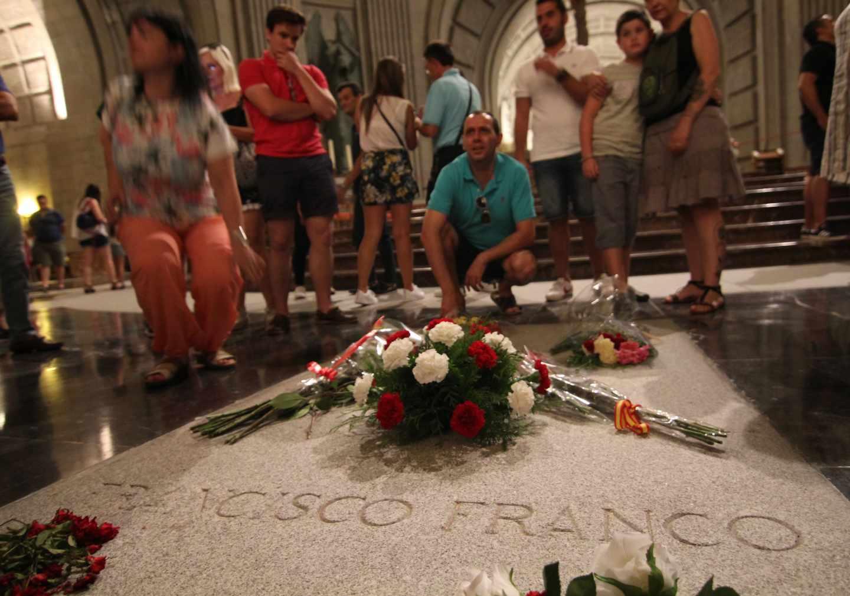 fotografiándose ante la tumba de Franco en la basílica del Valle de los Caídos.