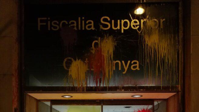 Así ha quedado la fachada de la Fiscalía Superior de Cataluña, atacada por los CDR.