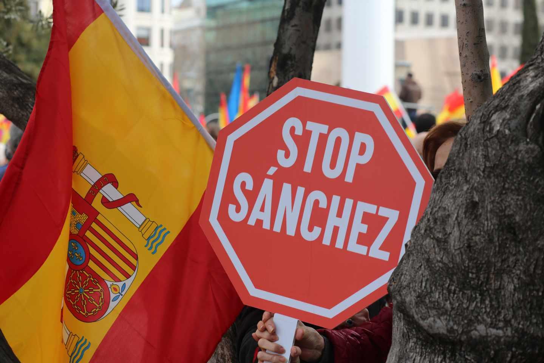 Cientos de personas participan en la concentración convocada por el PP, Ciudadanos y Vox en la plaza de Colón de Madrid en protesta por el diálogo de Pedro Sánchez con los independentistas catalanes y en demanda de elecciones generales