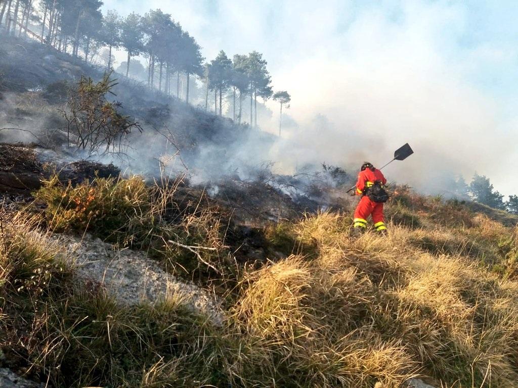 Trabajos para extinguir un incendio en Cantabria.