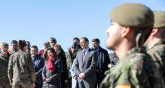 La ministra de Defensa, Margarita Robles, con miembros de las Fuerzas Armadas.