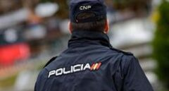 Un agente de la Policía Nacional de espaldas.