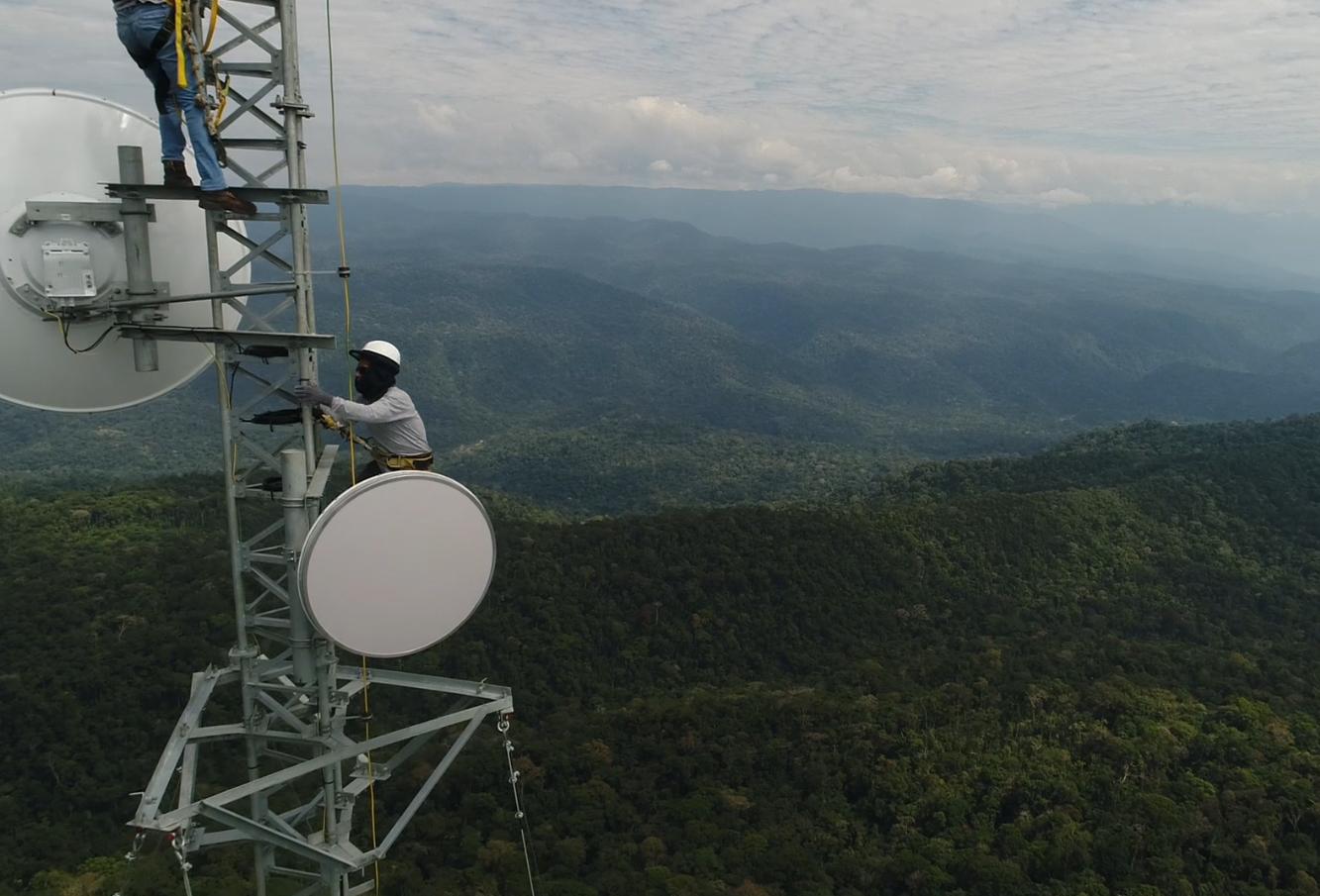 Montaje de una torre de telecomunicaciones en Perú.