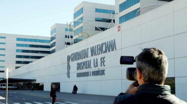 Un periodista toma imágenes ante el hospital de La Fe de Valencia.