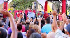 Miles de venezolanos se manifiestan en Caracas a favor de Maduro.