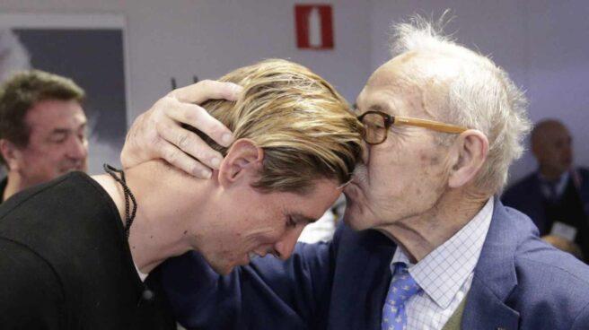 Manuel Briñas, fundador de la Escuela de Fútbol del Atlético de Madrid, junto a Fernando Torres en una imagen de archivo.