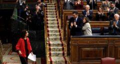 El presidente del Gobierno, Pedro Sánchez (3d), aplaude la intervención de la ministra de Hacienda, María Jesús Montero (i) en el debate de totalidad de los presupuestos este martes en el pleno del Congreso.