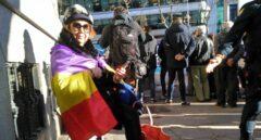 Joana Polo, envuelta en su bandera republicana, apoyando este martes a los líderes del 'procés' en las inmediaciones del Tribunal Supremo.
