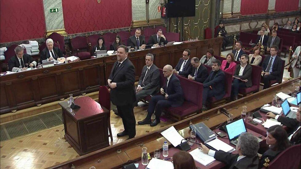 Oriol Junqueras, de pie al inicio de su declaración ante el Tribunal Supremo.