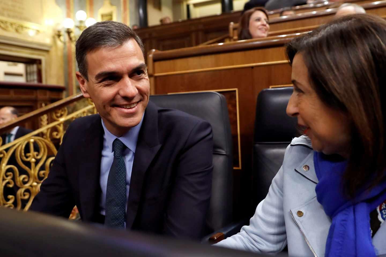 Pedro Sánchez, junto a la ministra de Defensa, Margarita Robles, en el Congreso de los Diputados.