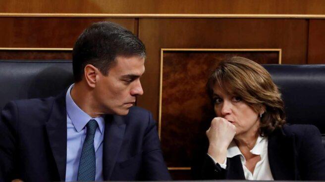 Pedro Sánchez, junto a la ministra de Justicia, Dolores Delgado, en el Congreso de los Diputados.