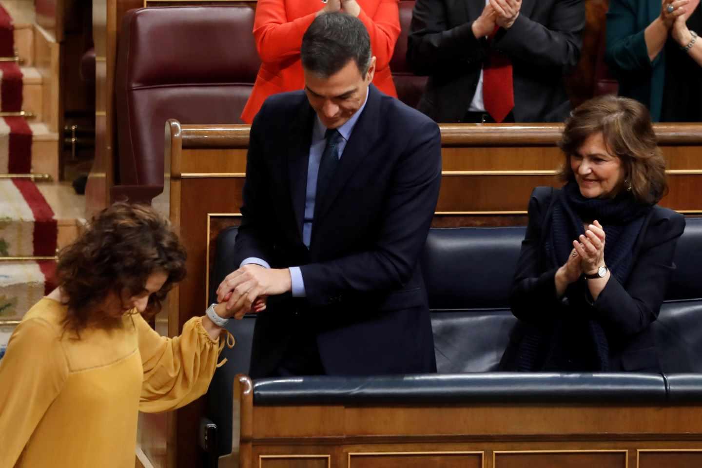 Pedro Sánchez saluda a la ministra Montero tras su intervención sobre los Presupuestos.