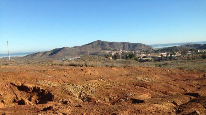 Manchas ácidas por la concentración de metales pesados en la tierra. Al fondo, El Llano del Beal.