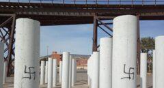Pintadas nazis en el monumento homenaje a las víctimas de Mauthausen en Almería.