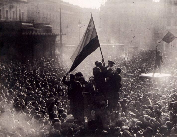 Varios ciudadanos sostienen la bandera de la República en la Puerta del Sol el 14 de abril de 1931