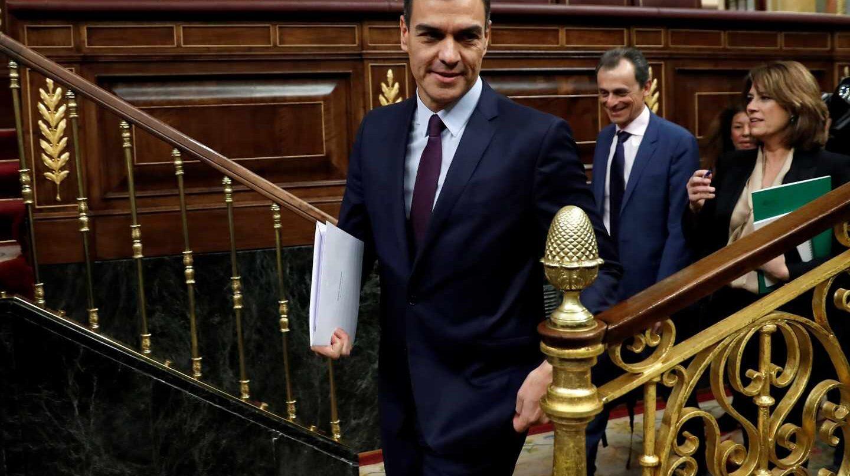 El presidente del Gobierno, Pedro Sánchez, a su llegada a la penúltima sesión de control de la legislatura en el Congreso, con la convocatoria de elecciones anticipadas como eje principal de las preguntas de los líderes de la oposición.