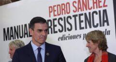 Pedro Sánchez, junto a Jesús Calleja y Mercedes Milá, en la presentación del libro 'Manuel de resistencia'.