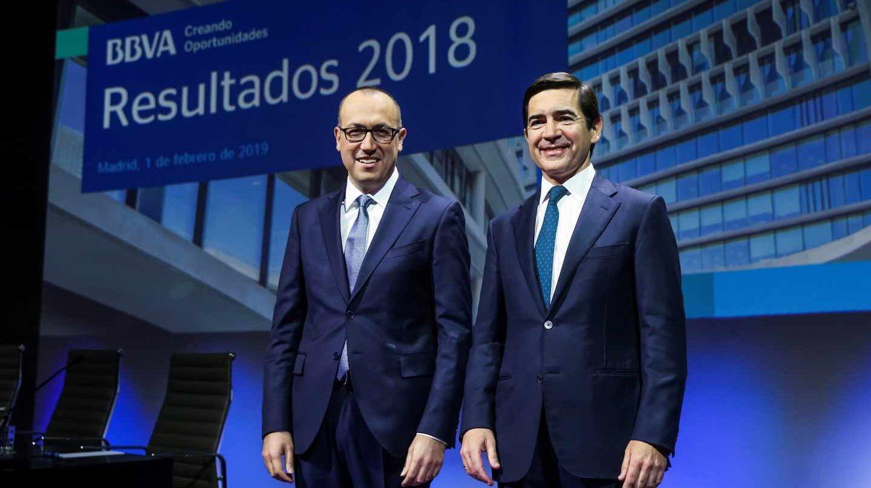 El presidente de BBVA, Carlos Torres (d), y el consejero delegado, Onur Genç, durante la rueda de prensa con motivo de la presentación de los resultados de 2018.