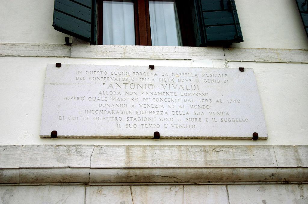 Placa conmemorativa a Antonio Vivaldi en la Calle della Pietà, en Venecia.