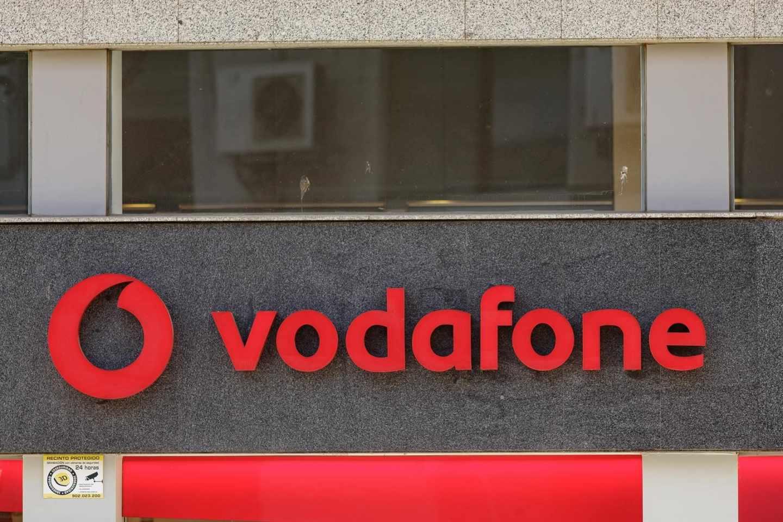 Logotipo de Vodafone en un establecimiento comercial de la compañía.