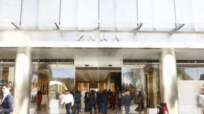 Zara dejará de utilizar bolsas de plástico y las sustituirá por papel reciclado.