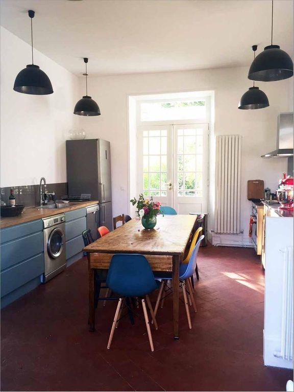 Cocina habilitada en el interior de la Casa Azul de Claude Monet.