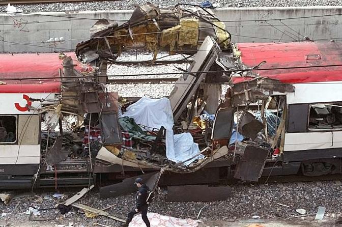 Uno de los trenes del 11-M, hecho un amasijo de hierros.