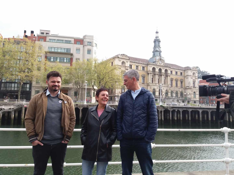 Gabriel Rufián, Mertxe Aizpurua y Óscar Matute durante el acto celebrado hoy en Bilbao.