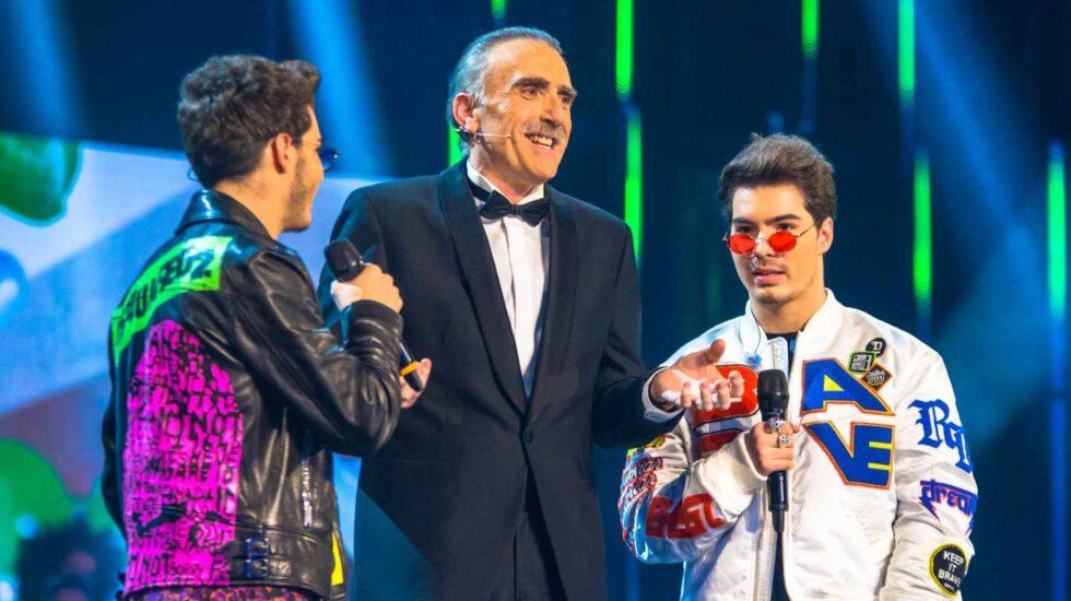 El presentador y empresario almeriense Juan y Medio con el grupo Gemeliers durante la gala del 28-F.