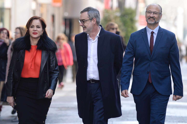 El secretario general de Ciudadanos, José Manuel Villegas (c), junto al líder regional, Luis Fuentes (d), y la ex presidenta de las Cortes, Silvia Clemente.