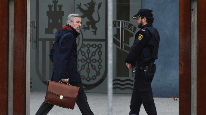 El ex presidente de la Comisión de Auditoría Bankia, Ángel Acebes, llega a la Audiencia.