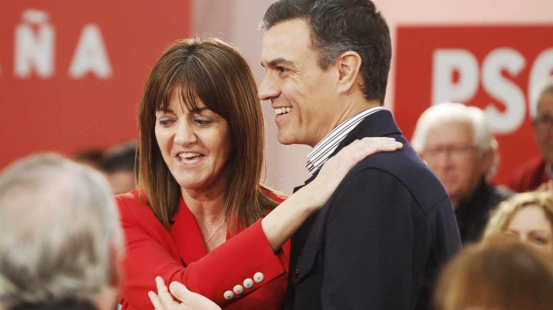 El presidente Pedro Sánchez junto a la secretaria general del PSE, Idoia Mendia durante el mitin en Vitoria.