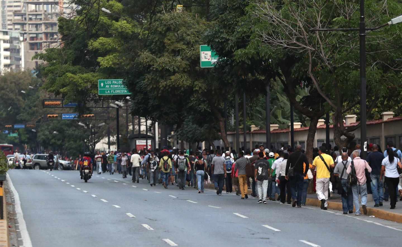 Los venezolanos se trasladan caminando en Caracas por el apagón.