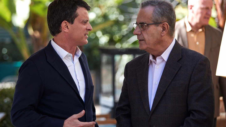 Manuel Valls charla con Celestino Corbacho.