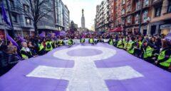 Símbolo feminista morado en una manifestación del 8M por el Día Internacional de la Mujer